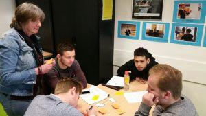 In een groep deelnemers aan de workshop pesten en pestpreventie wordt informatie uitgewisseld