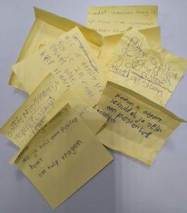 Post-Its gebruikt in een les over sociale veiligheid