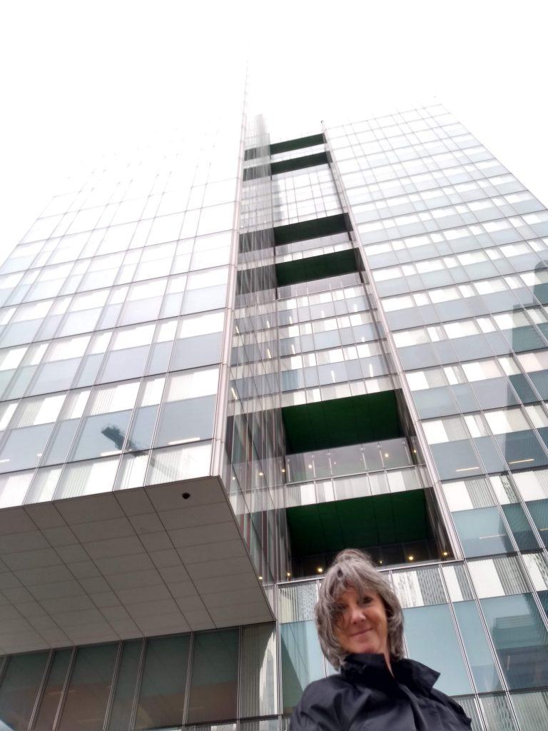 Voor het gebouw van de Vlaamse onderwijsraad